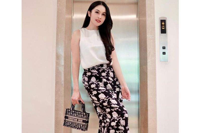 https: img.okeinfo.net content 2020 06 02 194 2223035 5-style-mama-muda-sandra-dewi-sambil-pose-di-depan-lift-rumah-mewahnya-8Sh35tn9Q3.jpg