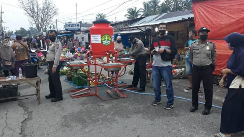 https: img.okeinfo.net content 2020 06 02 340 2223225 new-normal-pasar-tradisional-di-pekanbaru-dijaga-polisi-dAaJV4ehtM.jpg