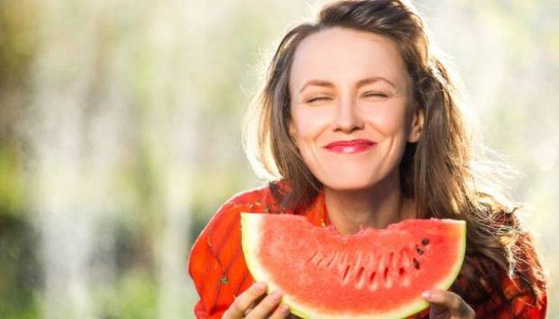 https: img.okeinfo.net content 2020 06 02 611 2223503 5-manfaat-semangka-untuk-kulit-bisa-bikin-bebas-keriput-p6m4QpPlOi.jpg