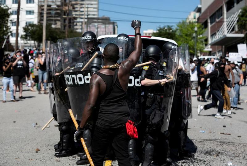 https: img.okeinfo.net content 2020 06 04 18 2224615 lebih-dari-10-000-orang-ditangkap-selama-demonstrasi-kematian-george-floyd-di-as-PoLn8wETr2.jpg