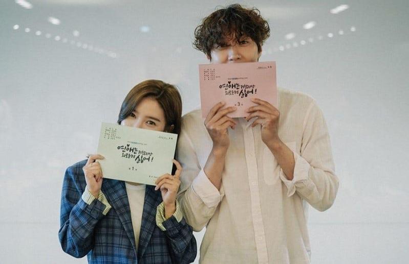 https: img.okeinfo.net content 2020 06 25 598 2236265 kim-so-eun-dan-ji-hyun-woo-hadiri-pembacaan-naskah-pertama-drama-terbaru-Zigpdxmfpn.jpg