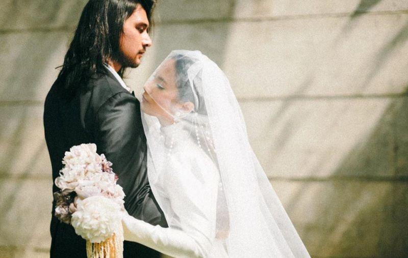 https: img.okeinfo.net content 2020 06 26 194 2237153 menikah-dengan-tara-basro-daniel-adnan-layaknya-pengeran-dapatkan-putri-y8RRubyWNG.jpg