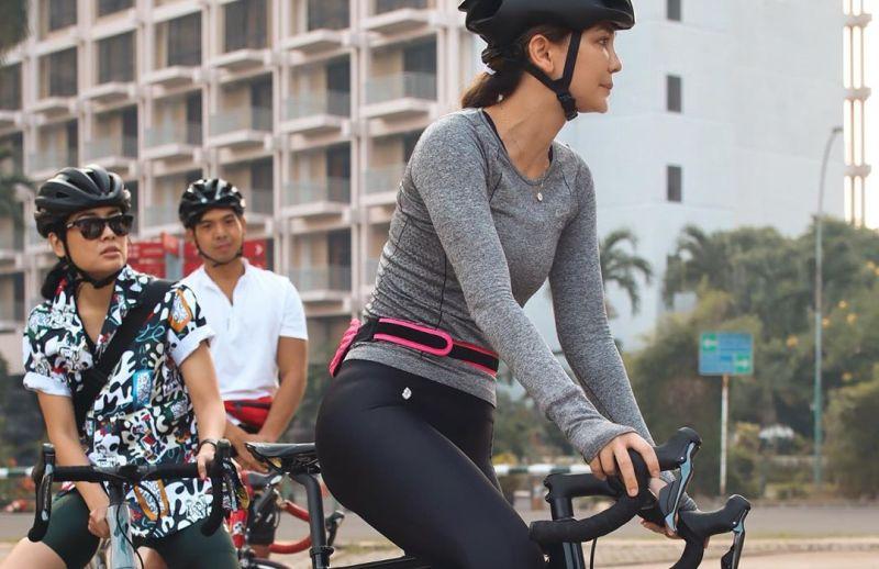 https: img.okeinfo.net content 2020 06 26 612 2236987 gaya-sporty-luna-maya-gowes-sepeda-rp60-juta-duh-cantiknya-0VOpC1985s.jpg