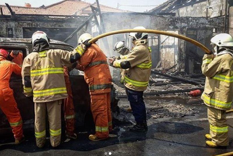 https: img.okeinfo.net content 2020 06 29 338 2238145 sambar-mushola-mobil-terbakar-di-cakung-diduga-akibat-korsleting-listrik-bBc0yPm5lp.jpg