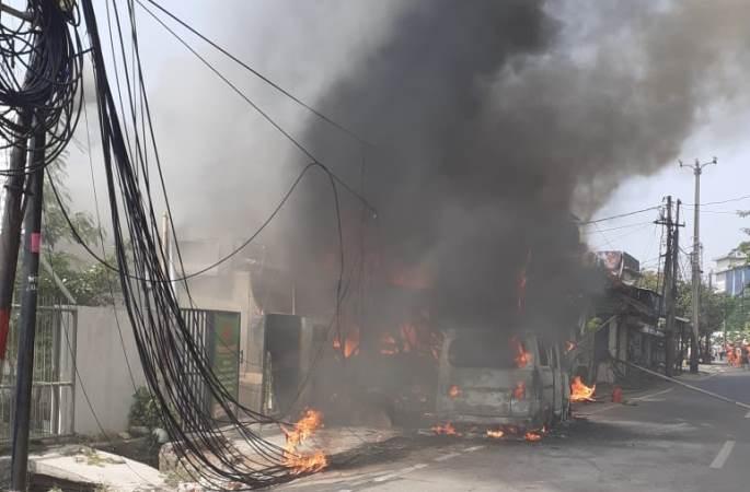 https: img.okeinfo.net content 2020 06 29 338 2238148 petugas-padamkan-kebakaran-mobil-yang-menyambar-3-bangunan-di-cakung-1KvzhukXv9.jpg