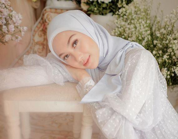 https: img.okeinfo.net content 2020 06 29 617 2238321 4-inspirasi-gaun-putih-untuk-hijabers-sambut-idul-adha-Bqxthawk4V.JPG