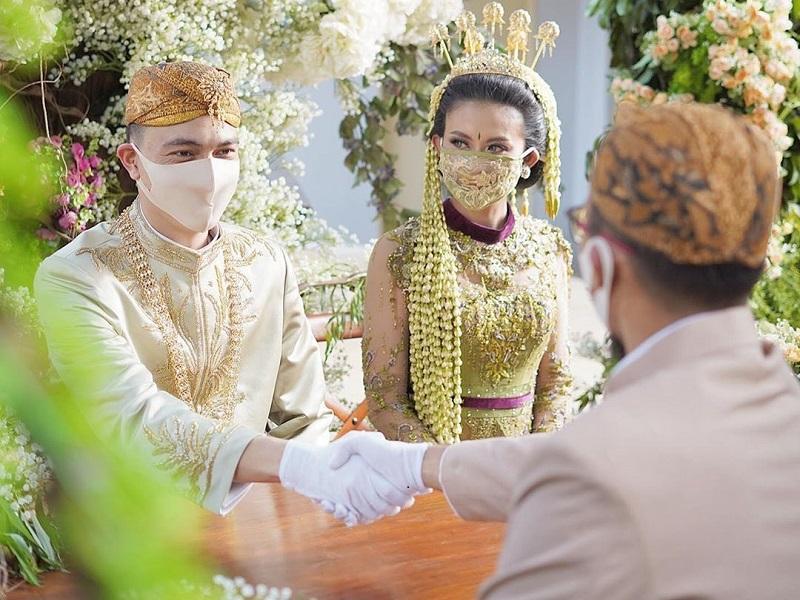 https: img.okeinfo.net content 2020 06 30 194 2238594 tips-pilih-kebaya-untuk-nikah-di-masa-pandemi-covid-19-K2sxWhYvkA.jpg