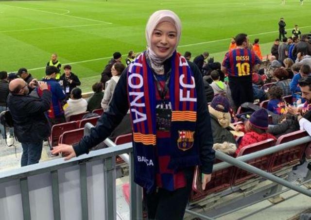 https: img.okeinfo.net content 2020 06 30 51 2238762 jadi-fans-barcelona-intip-gaya-sporty-hijabers-ayana-moon-ckPyQ4RZY1.JPG
