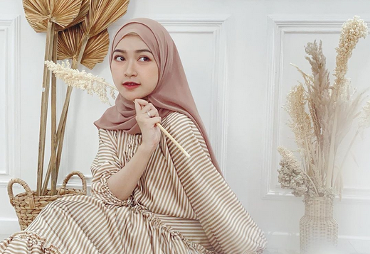 https: img.okeinfo.net content 2020 07 01 617 2239325 5-inspirasi-hijab-dengan-outer-ala-beauty-influencer-sari-endah-pratiwi-bTO8xnowQu.PNG