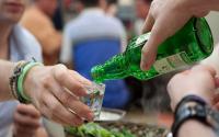 OKEZONE WEEK-END: 6 Tata Cara Bersantap Orang Korea, Menuang Minuman Juga Ada Aturannya