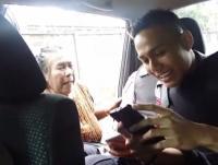VIRAL! <i>Emak-Emak</i> Datangi Mobil Polisi lalu 'Tawari' Anak Gadisnya