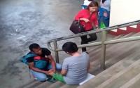 VIRAL! Video Suami Memijat Kaki Istrinya yang Hamil Bikin Netizen Terenyuh