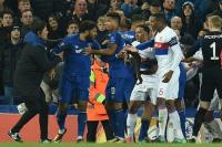 <i>Fans</i> Everton Tonjok Pemain Lyon, Kericuhan Terjadi di Stadion Goodison Park