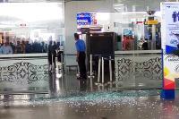 <i>Brakk</i>... Tak Ada Angin Tak Ada Hujan, Pria Ini Tabrak Pintu Kaca Bandara Kualanamu hingga Hancur
