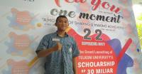 Senyum Amir Usai Terima Beasiswa dari Telkom University
