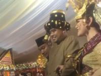 Jalani Prosesi Adat Malam di Medan, Kahiyang-Bobby Tampil Bernuansa Gold