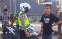 Razia di Jalanan Kampung, 2 Anggota Polisi Ini Diusir Warga