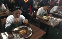 Pria Ini Berhasil Santap Hampir 1,2 Kilogram Daging Wagyu Dalam 12 Menit!