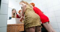 Jangan Bawa 5 Benda Ini ke Toilet, Nomor 2 Sering Dilakukan Perempuan!