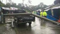 Hujan Disertai Angin Kencang Robohkan Tiang Listrik di Mojokerto
