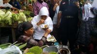 Khofifah Makan Bubur Khas Madura: Enak Bu, Jangan Lupa Pilih Nomor 1