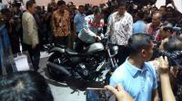 Bergaya Dilan, Jokowi Coba Moge Honda Rebel di IIMS 2018