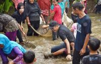 Kukurusakan di Ciamis, Dedi Mulyadi Diajak Warga 'Nyemplung' ke Empang
