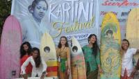 Peringati Hari Kartini, Para Bule Selancar Pakai Kebaya di Bali