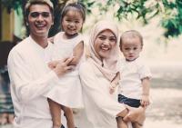 Inspiratif! Ini Kisah Hijrah Istri Ricky Harun, Herfiza yang Mantab Berhijab