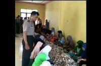 Viral Video Ibu-Ibu Bereskan Uang THR, Netizen: Bisa Mandi Duit!