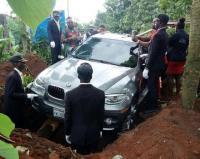 Baru Keluar Diler, BMW X5 Langsung Dikubur di Pemakaman