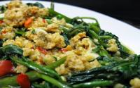 Makan Siang dengan Kangkung Bumbu Oncom, Maunya Nambah Terus
