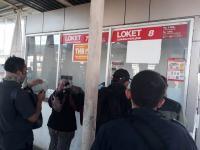 Di Stasiun Bojonggede, Penumpang KRL Protes Penggunaan Tiket Kertas