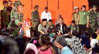Ketika Anak Sekolah Curhat ke Jokowi di Lokasi Pengungsian