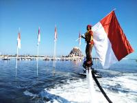 Di Tengah Laut, Pengibaran Bendera di Makassar Dilakukan dengan Gerakan Akrobatik