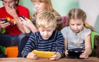 Anak Kecanduan Gadget, Introspeksi Diri Mungkin Anda Orangtua yang Mengajarinya