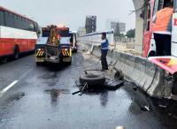 Tumpahan Oli Akibat Kecelakaan Bus di Tol Japek Buat Minibus Ikut Tergelincir