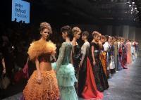 """Lewat Koleksi """"Cromia"""", Desainer Sebastian Gunawan Beri Napas Baru pada Gaun Malam"""