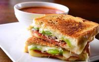 Camilan Sore Roti Bakar Keju & Bombay Cincang untuk Manjakan Lidah