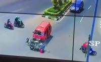 Video Kecelakaan Mengerikan di Bekasi Terekam, Angkot Tabrak 2 Motor!