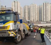 Lalin di Jalan Layang Tol Tomang Dialihkan Dampak Truk Trailer Mogok