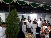 Jokowi Dihadiahi Tongkat Kayu Ukir oleh Kiai Sepuh Demak