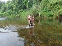 Demi Mengajar Anak-Anak di Perbatasan, Prajurit TNI Ini Tiap Hari Seberangi Sungai