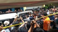 Polisi Olah TKP Pembunuhan Satu Keluarga di Bekasi