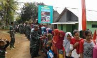 Pelukan Pamit Prajurit TNI Bikin Warga Durenombo Menangis