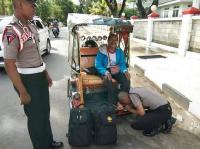 Heboh Siswa SPN Cium Kaki Bapaknya di Atas Bentor Bikin Haru Netizen