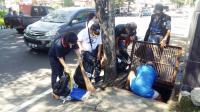 Peduli Lingkungan Hidup, Gerkindo Bersihkan Selokan di Manado