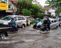 Jalanan di Kota Malang Jadi 'Kolam Raksasa' Usai Diguyur Hujan