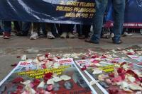 Tuntut Penuntasan Kasus HAM, Massa Gelar Aksi Tabur Bunga di Komnas HAM