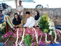 Adik Emil Dardak Dikebumikan di TPU Tanah Kusir, Suasana Haru Menyelimuti